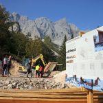 Janša in Počivalšek na Okrešlju preverila, kako poteka gradnja novega doma (foto)
