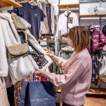 Klasično nakupovanje v trgovinah ostaja priljubljeno