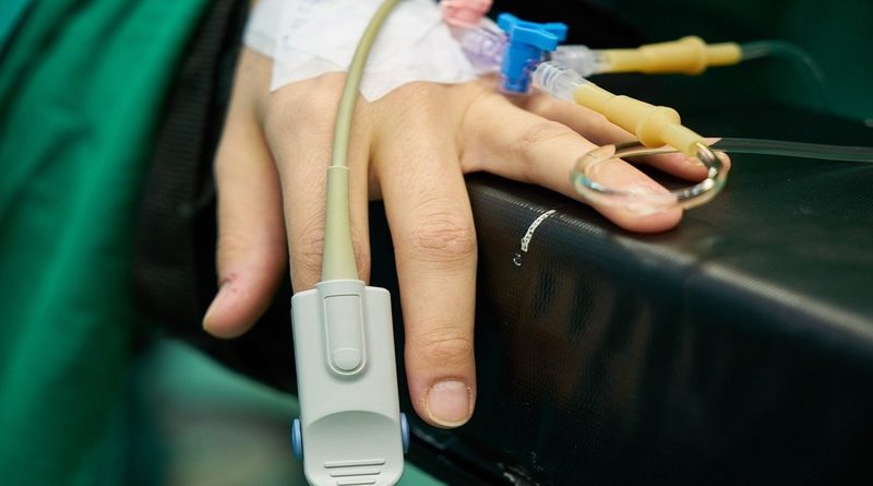 Včeraj najnižje število okuženih po 8. novembru. Porast hospitaliziranih in izenačeno najvišje število umrlih