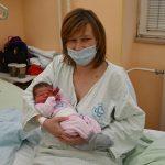 V celjski porodnišnici prvi v leto 2021 prijokal deček. Lani se je rodilo 1654 otrok (foto)