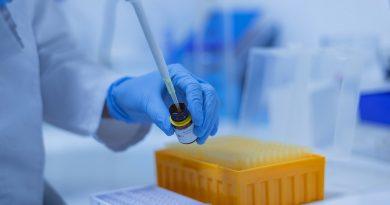 Inštitut za mikrobiologijo in imunologijo potrdil še tri okužbe z angleškim sevom. Epidemiologi 'odobrili' jutrišnje vračanje otrok v šole