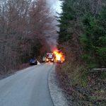 Zgoreli dve vozili, helikoptersko posredovanje, zagorelo v zabojniku, drevo ogrožalo hišo
