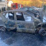 V požaru uničeno vozilo, v prometni nesreči poškodovana oseba, prevrnjeno tovorno vozilo