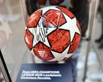 Citycenter Celje_RAZSTAVI ob Pokalu za EU prvaka U21__oga s podpisom Ronalda