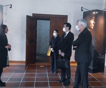 Njegova ekscelenca gospod Hiromichi Matsushima, japonski veleposlanik v Sloveniji je z velikim zanimanjem prisluhnil življenjski zgodbi Alme M. Karlin. (Arhiv PMC)