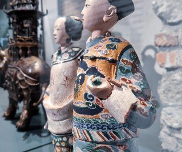 """Samurajska oprema, ki je nekoč krasila """"modro prepleskano kitajsko sobo"""" na gradu Lemberg. (Arhiv PMC)"""