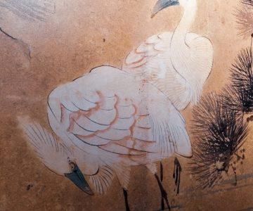 Čaplji pod borovcem, detajl s paravana. Motivika cvetja in ptic je zelo pogosta v kitajski in japonski umetnosti. (Arhiv PMC)