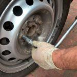 Avstrijski voznik na prehitevalnem pasu avtoceste menjal pnevmatiko