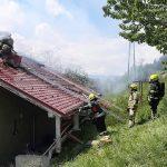 V požaru uničena hiša, pri vdoru stropa poškodovani dve osebi