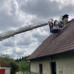 Požar stanovanjske hiše, vozilo pristalo na strehi, najdena vojna sredstva iz II. sv. vojne