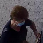 Policija išče žensko z bankomata. Jo poznate?